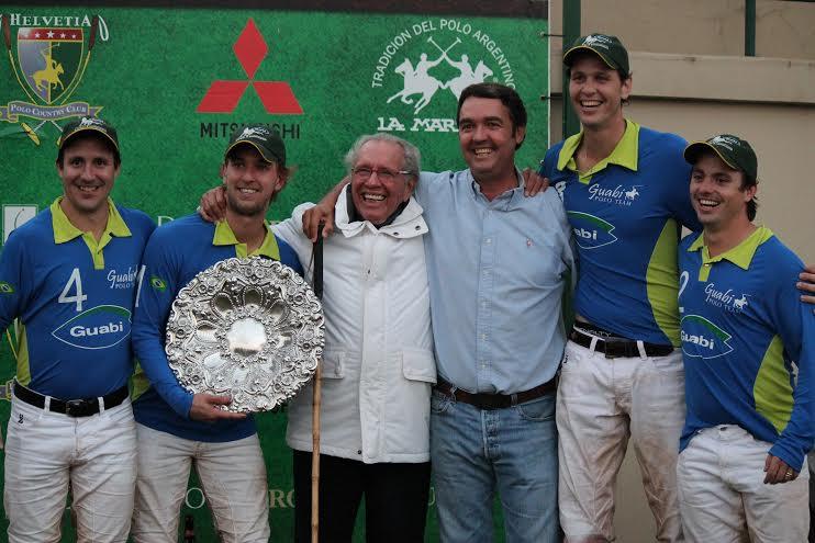 PG Meirelles (de branco) com a equipe Guabi, campeã do Aberto do Estado de São Paulo (crédito/30jardas.com.br)