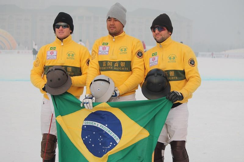 Equipe brasileira que disputou a Snow Polo World Cup de 2014 (crédito - 30jardas)