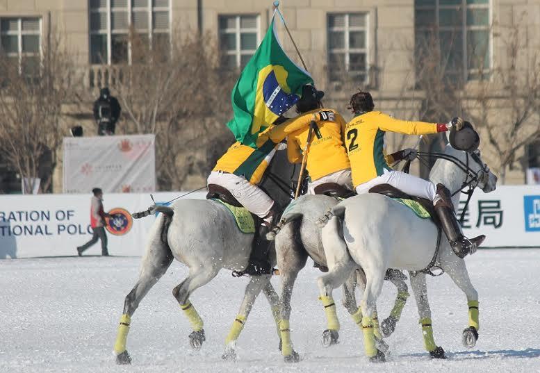Brasileiros comemoram após a partida (crédito/30jardas.com.br)